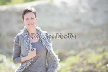 ritratto della donna sorridente che porta