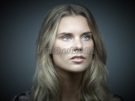 ritratto di giovane donna dallaspetto serio