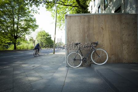 ciclismo parcheggiata in staccionata in legno