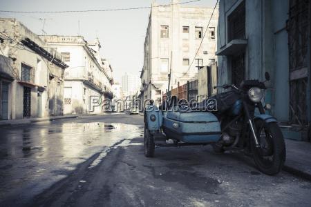 cuba parcheggio vecchio moto combinazione su