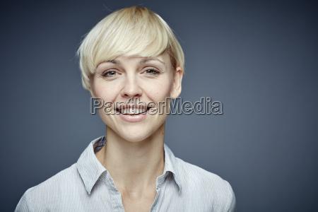 ritratto di donna bionda sorridente di