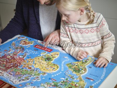 padre e figlia giocando con il