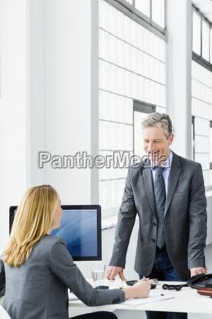 germania imprenditori a discutere in ufficio