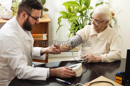 uno studio medico privato il medico