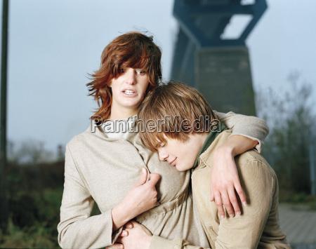 giovane coppia abbracciando ritratto
