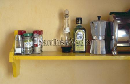 oggetti da cucina su scaffale primo