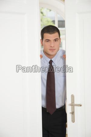 uomo daffari alla porta dellufficio