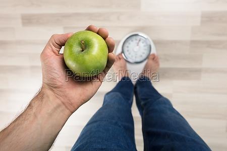 persona perdita in piedi peso scala