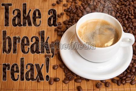 una tazza di caffe nero sul
