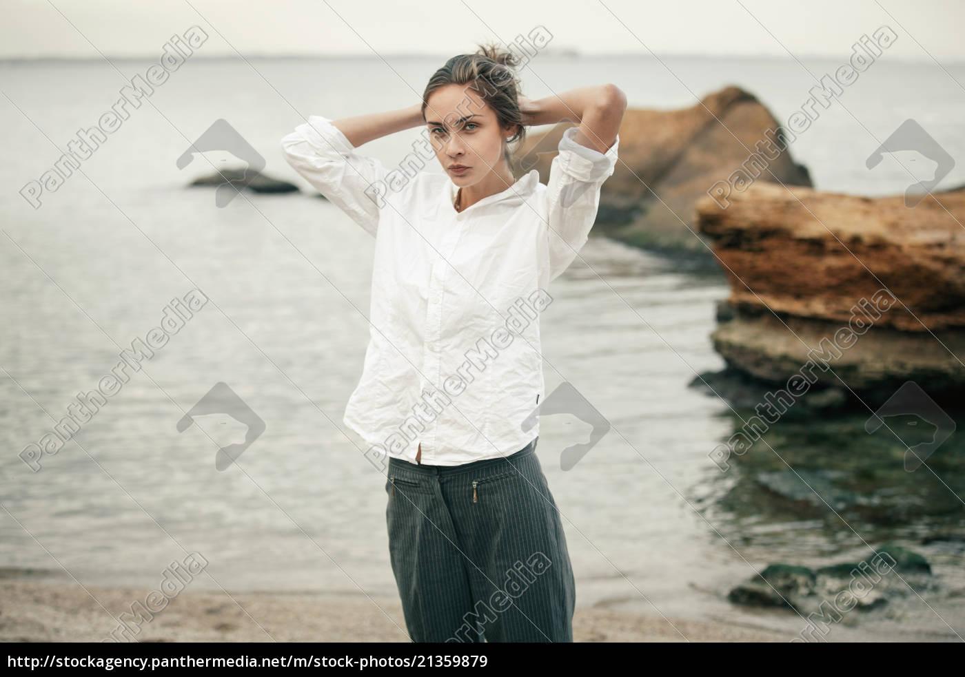 donna, in, abiti, bianchi, fissa, i - 21359879