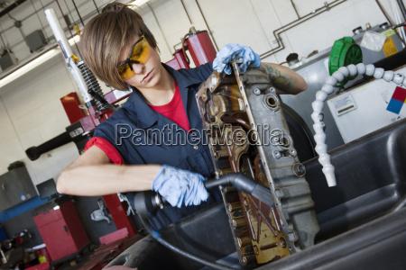 giovane meccanico femminile che lavora con