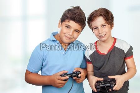 ragazzi felici che giocano ai videogiochi