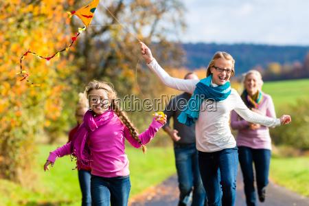 la famiglia prende la camminata nellaquilone
