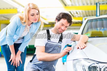 cliente e pittore auto in officina