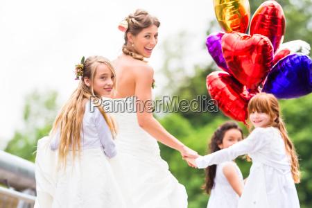 sposa sposa in abito con damigella