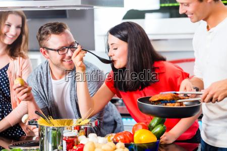 amici cucinare pasta e carne in