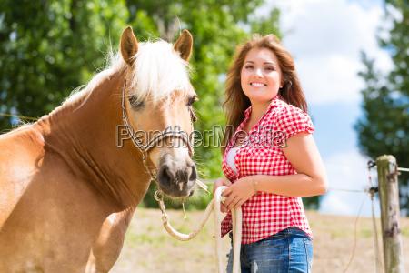 donna risata sorrisi tempo libero cavallo