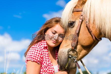 donna accarezzare cavallo in fattoria pony