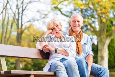 coppia senior seduta in parte panchina