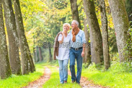 coppia senior avendo passeggiata di piacere