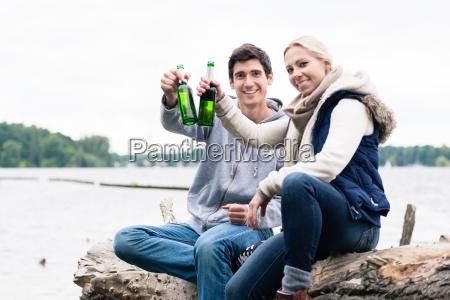 coppia seduto su ceppo albero al
