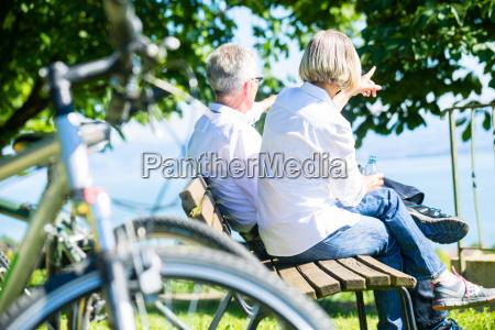 donna senior e uomo a riposo