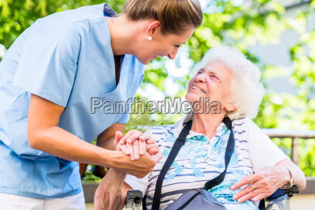 infermiera che tiene la mano di