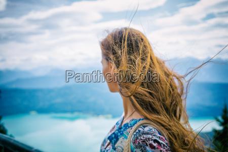 donna in montagna guardando walchensee