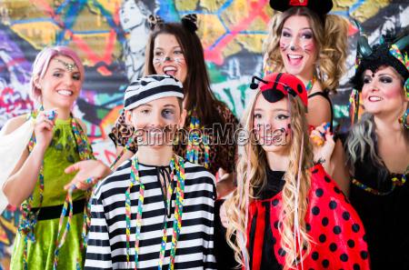 giovani donne che celebrano il carnevale