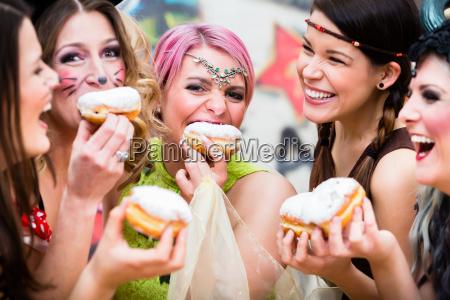 ragazze al carnevale tedesco di fasching