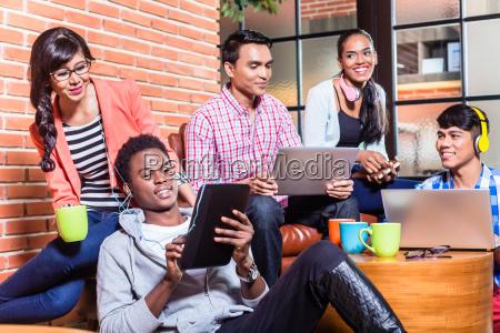 gruppo di studenti universitari di diversita