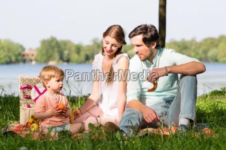famiglia avendo pic nic al lago