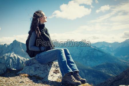 donna in montagna escursione dopo aver