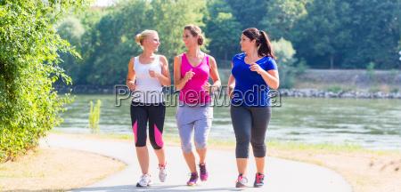 gruppo di donne che corrono al