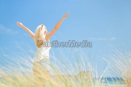gratis felice donna godendo sole su