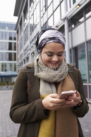 britannico musulmano donna sms sul telefono