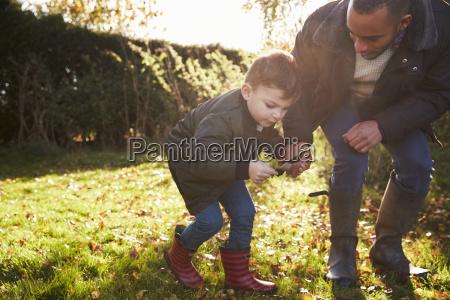 ragazzo e padre che gioca con