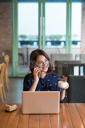 donna telefono caffe ristorante persone popolare