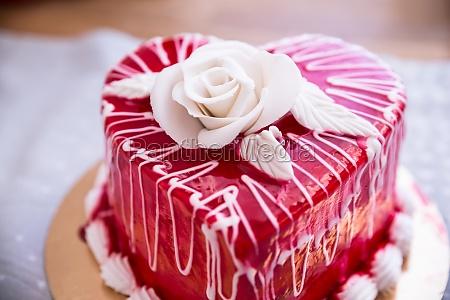 torta rossa a forma di cuore