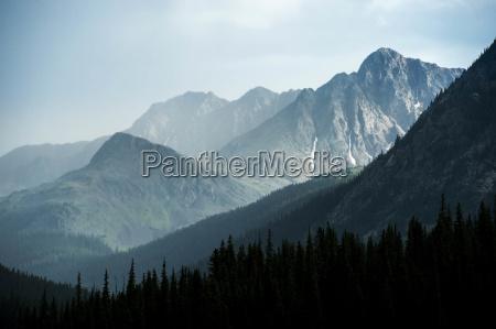 paesaggio montuoso mistico durante un temporale