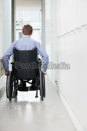 sedia a rotelle corridoio fisso stile