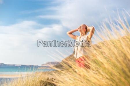 donna felice libera godendo del sole