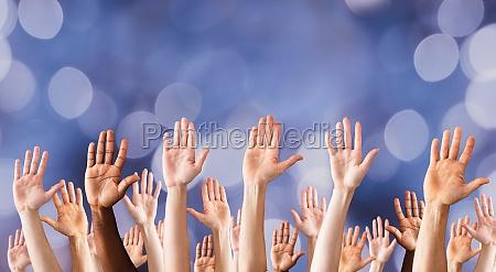 alzate le mani su molte persone