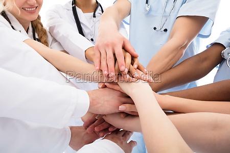 gruppo di medici accatastamento le mani