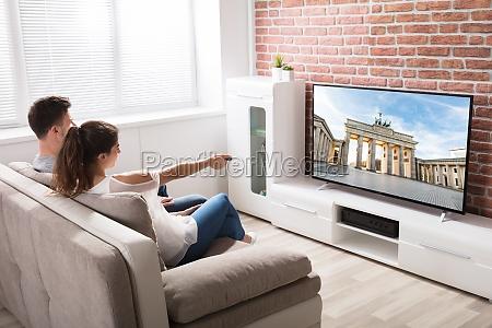 coppia guardando la televisione