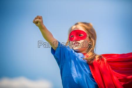 divertente bambina che gioca il potere