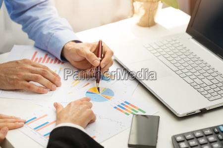 persone in ufficio analizzando business financial
