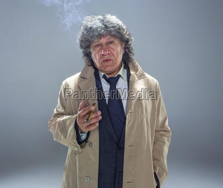 luomo anziano con il sigaro come