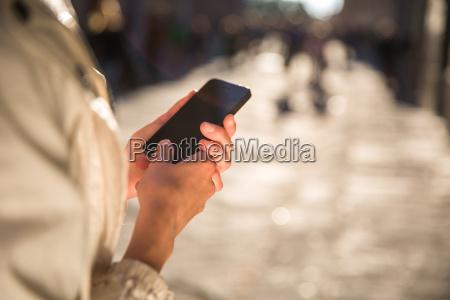 giovane donna messaggistica utilizzando unapplicazione