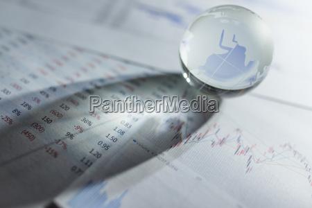 globo di vetro con grafici azionari